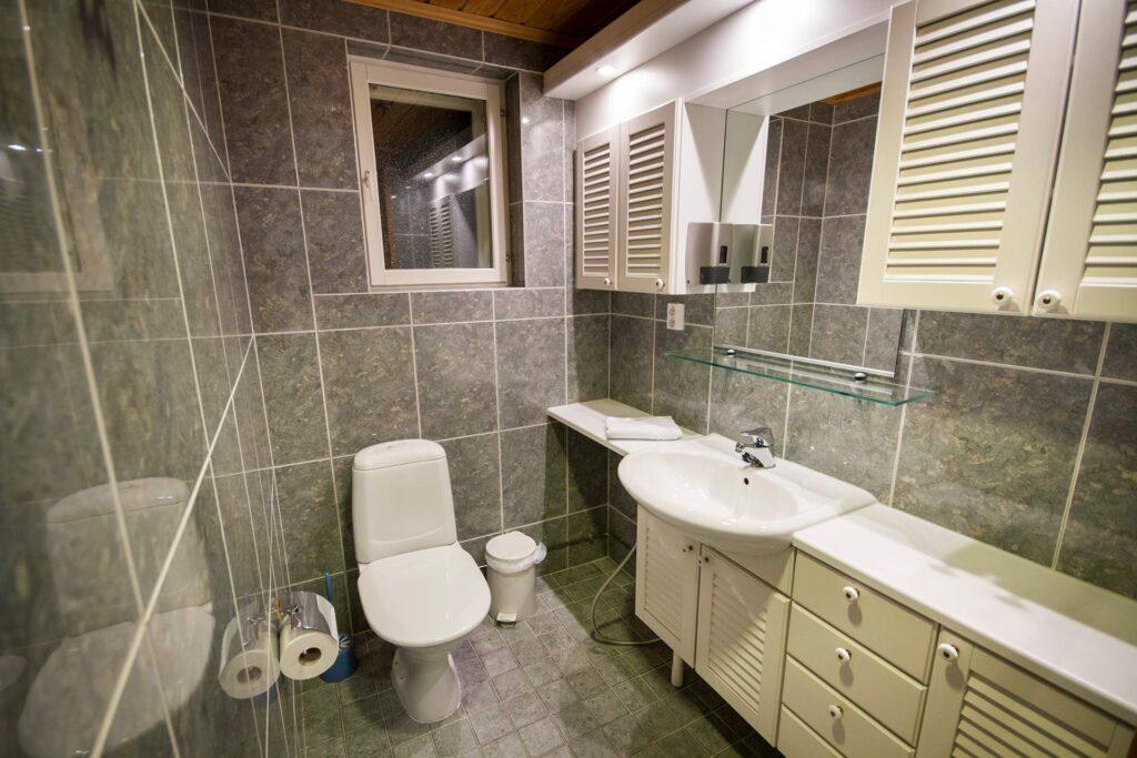 Valoisa kylpuhuone K5 Villas lomahuoneistossa Levillä.