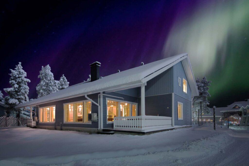 K5 Villas lomahuoneisto Levillä revontulien alla talvella.