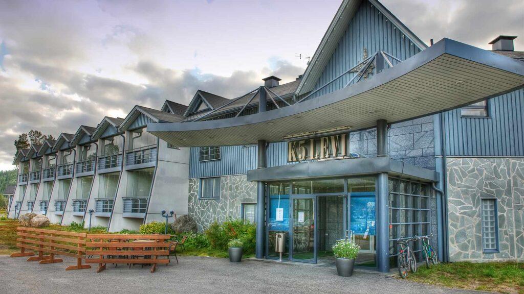 Hotel K5 Levi -hotellin ulkokuva kesällä.