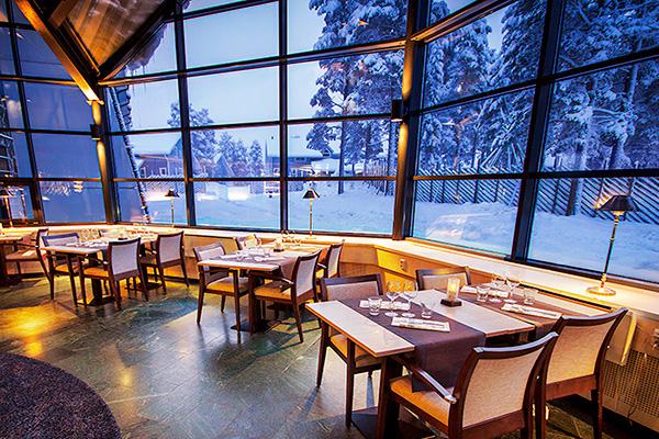 Upeat kattoon asti ulottuvat ikkunat ravintola Bistro K5 Levillä suuntautuvat poroaitaukseen.