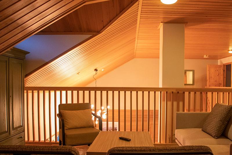 14 hengen K5 Villas lomahuoneiston yläkerran oleskeluhuone Levillä.