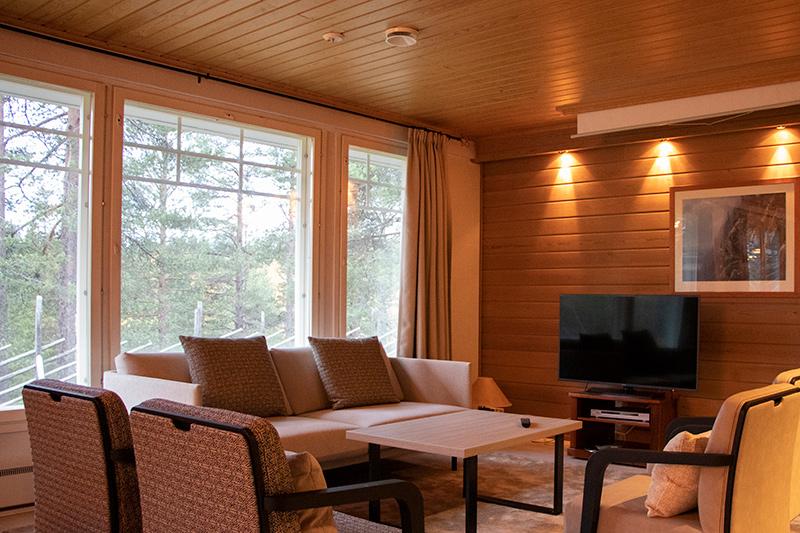 Viihtyisä ja valoisa olohuone K5 Villas lomahuoneistossa Levillä.