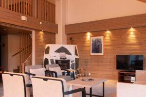 Viihtyisä takallinen olohuone K5 Villas lomahuoneistossa Levillä.