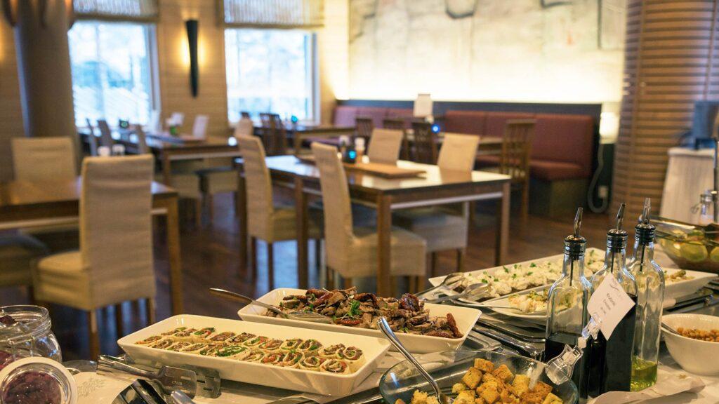 Lounaspöytä viihtyisässä ravintola Bistro K5:ssä Levillä.