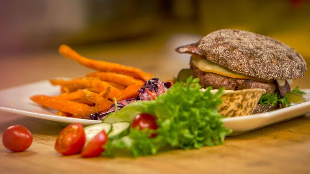 Herkullinen hampurilaisannos bataattiranskalaisten kera Bistro K5 ravintolassa Levillä.