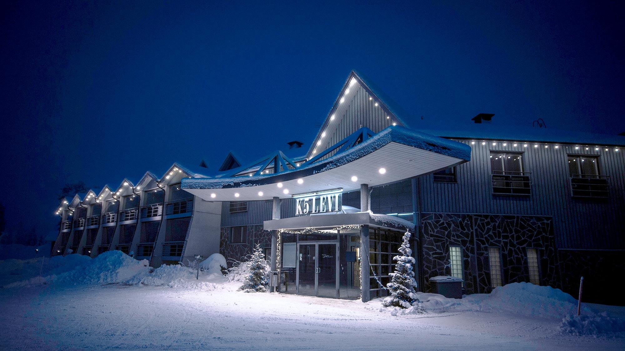Hotel K5 Levi toimi pienessä sinisessä hotellirakennuksessa Levin matkailukeskuksessa.