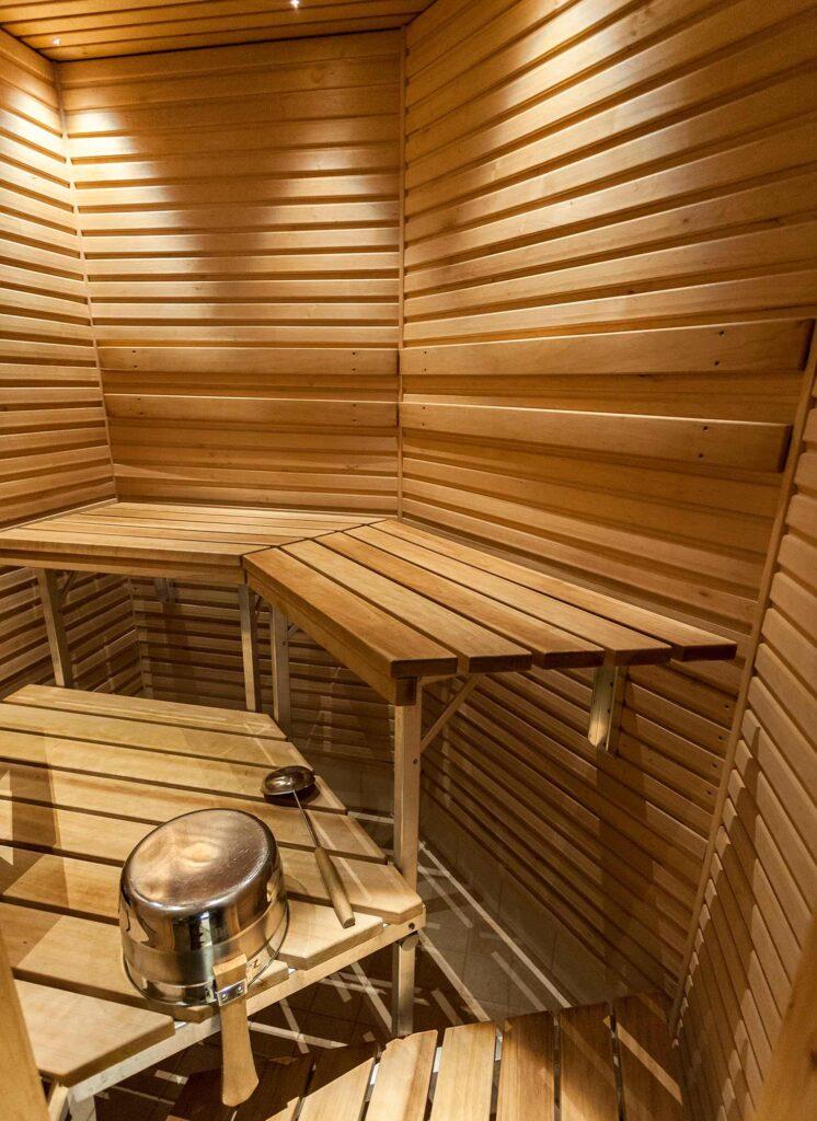 Hotellihuoneen oma sauna kodikkaassa Hotel K5 Levissä.