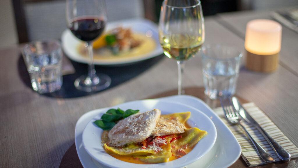 Herkulliset á la carte menun annokset ja lasit viiniä Bistro K5 Levillä.