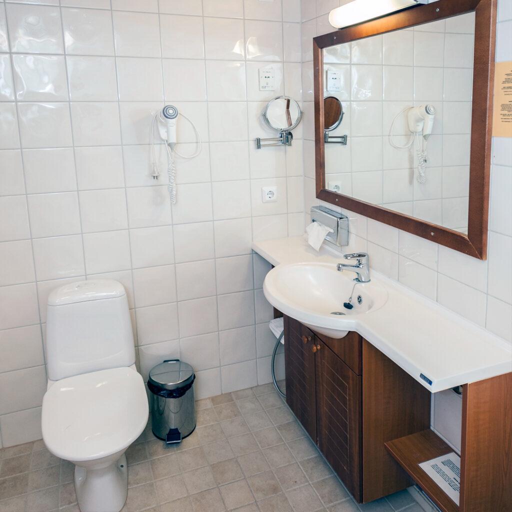 Hotel K5 Standard-sviitin kylpyhuone.