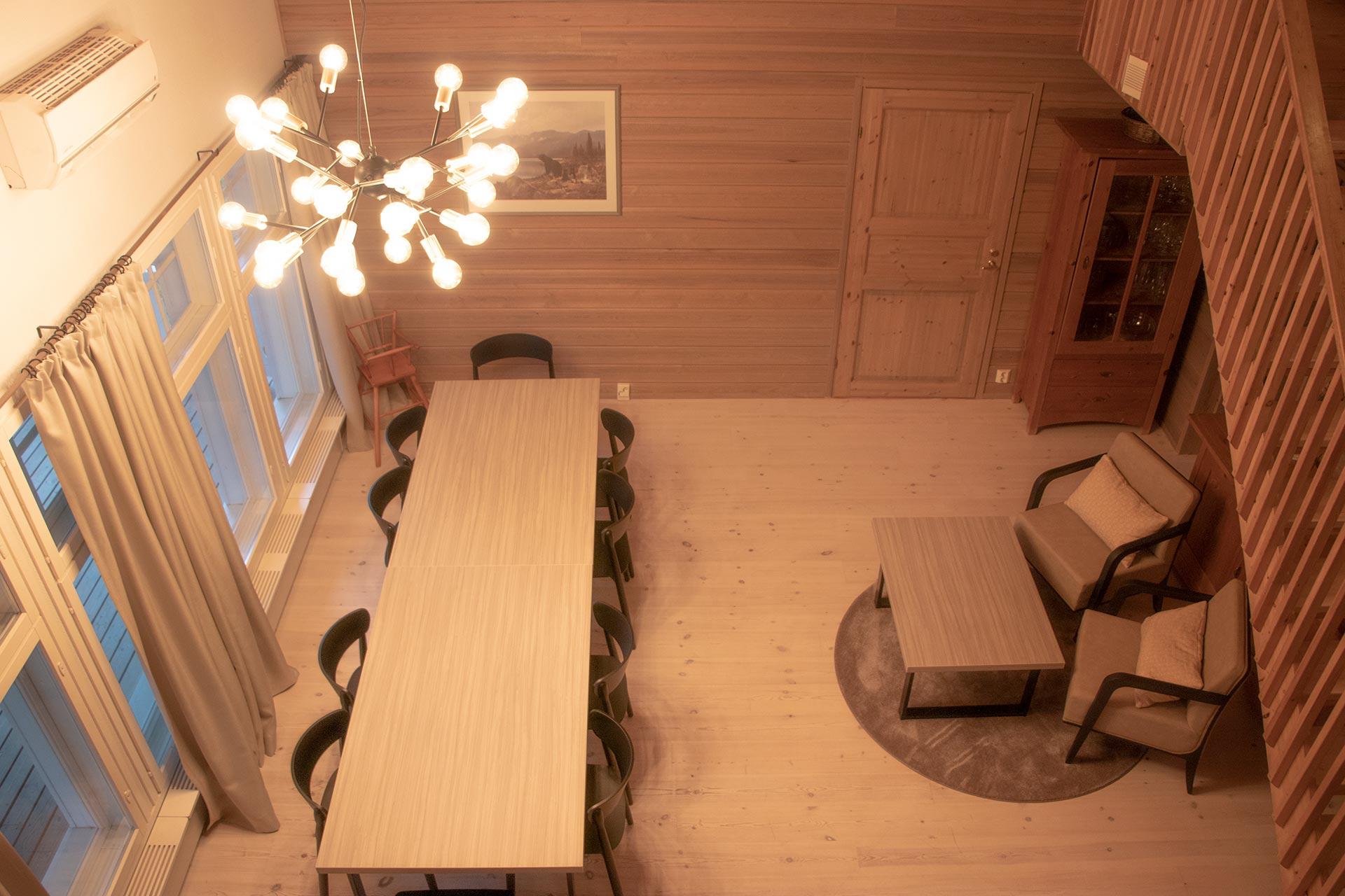 Viihtyisä ja valoisa olohuone ja ruokasali K5 Villas lomahuoneistossa Levillä.