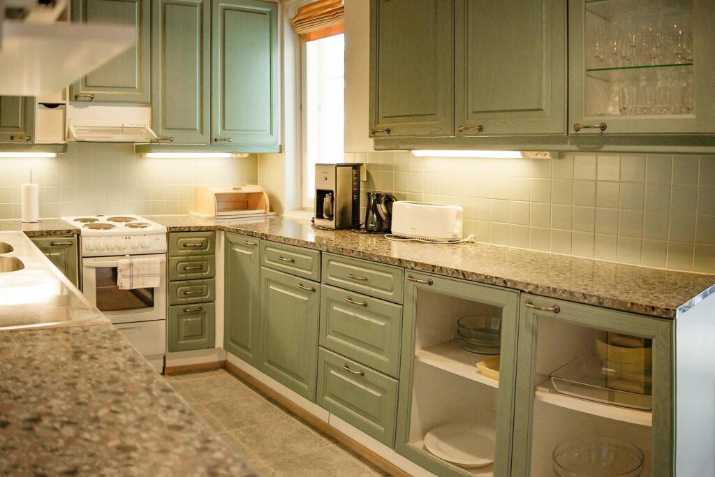 Valoisa keittiö K5 Villas lomahuoneistossa Levillä
