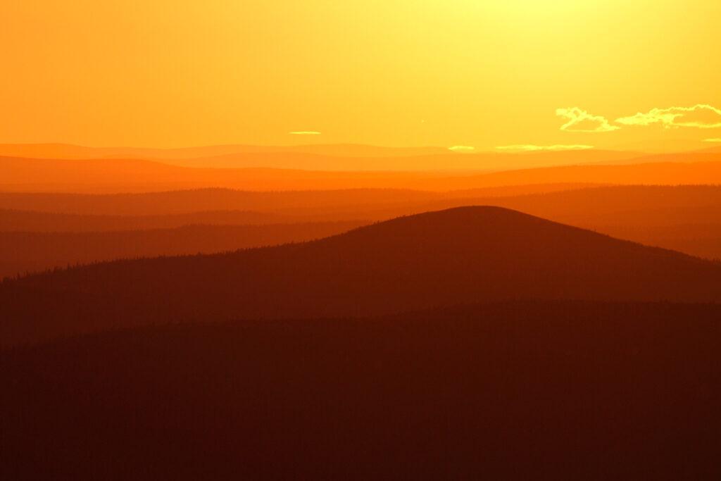 Yöttömän yön aurinko kesäisessä Levin tunturissa