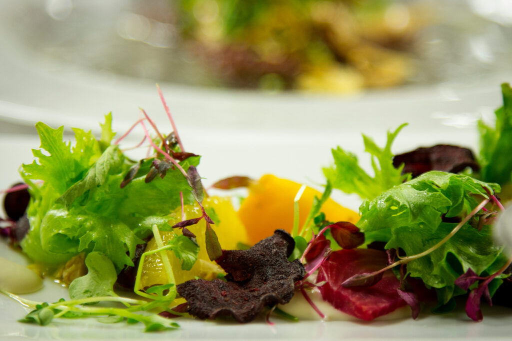Raikas salaatti Bistro K5:n lounaspöydässä Levillä.
