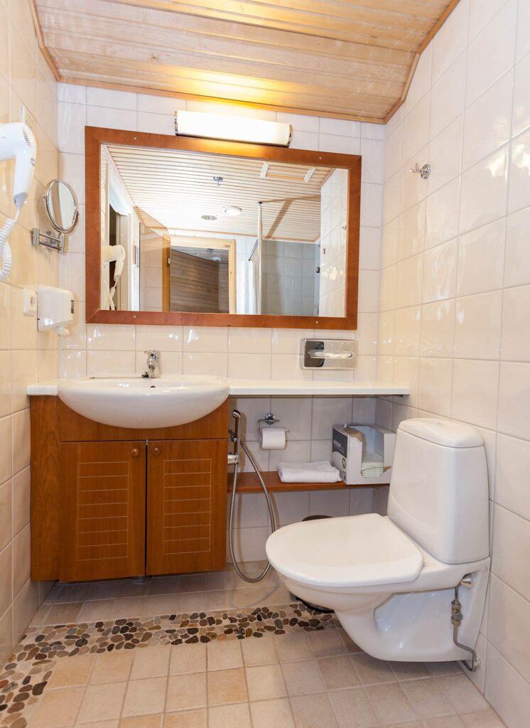 Hotel K5 Levin hotellihuoneen valoisa kylpyhuone.
