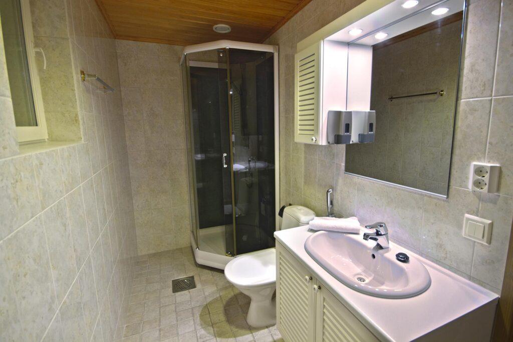 Valoisa kylpyhuone K5 Villas lomahuoneistossa Levillä.
