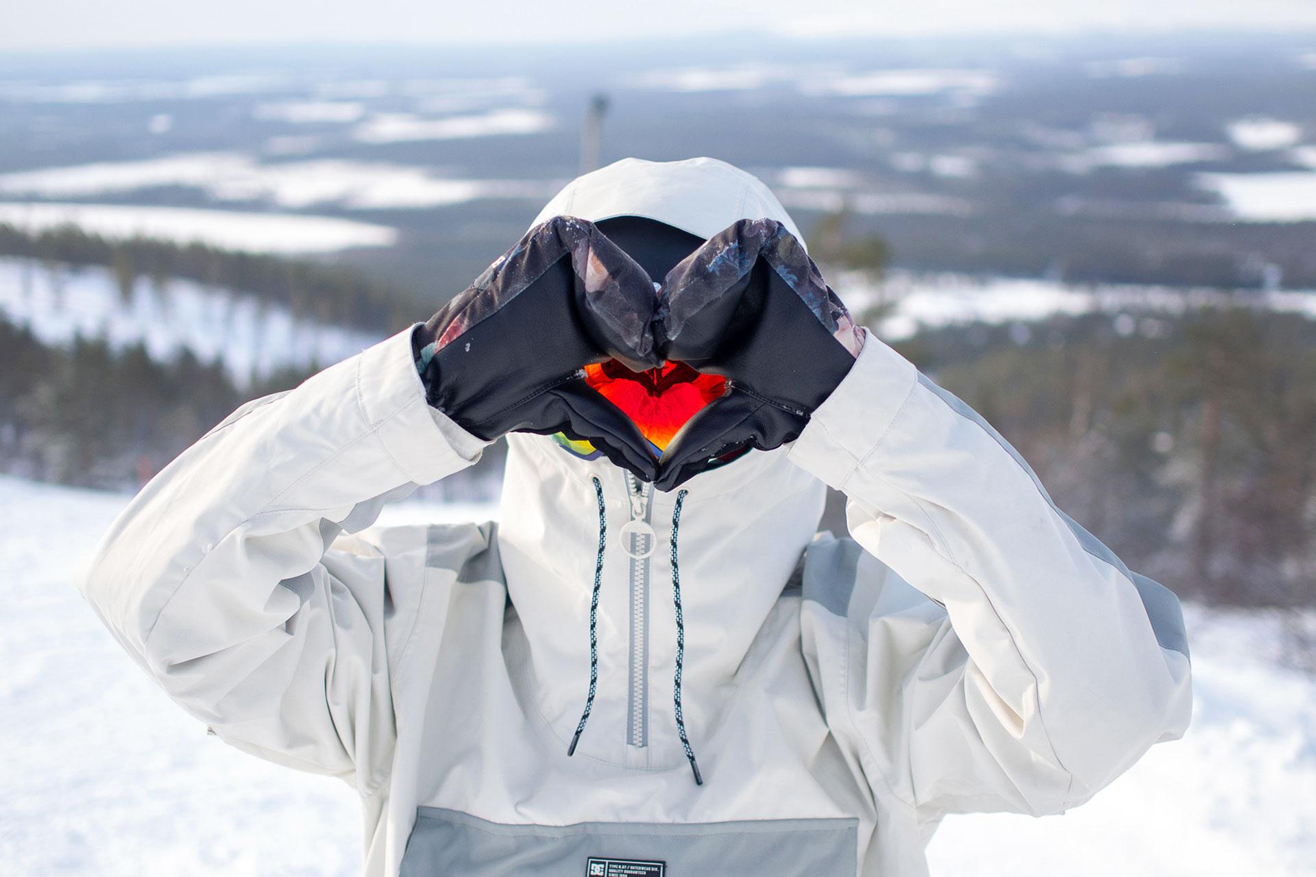 Laskettelija Levin laskettelurinteissä talvimaisemassa.