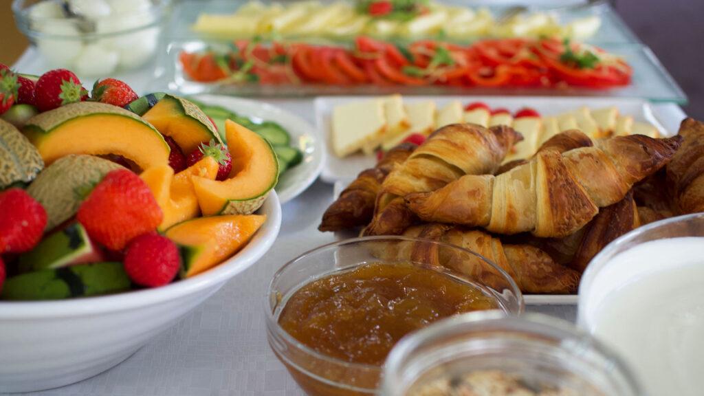 Tuoreita hedelmiä ja croissantteja Bistro K5:n hotelliaamiasella Levillä.