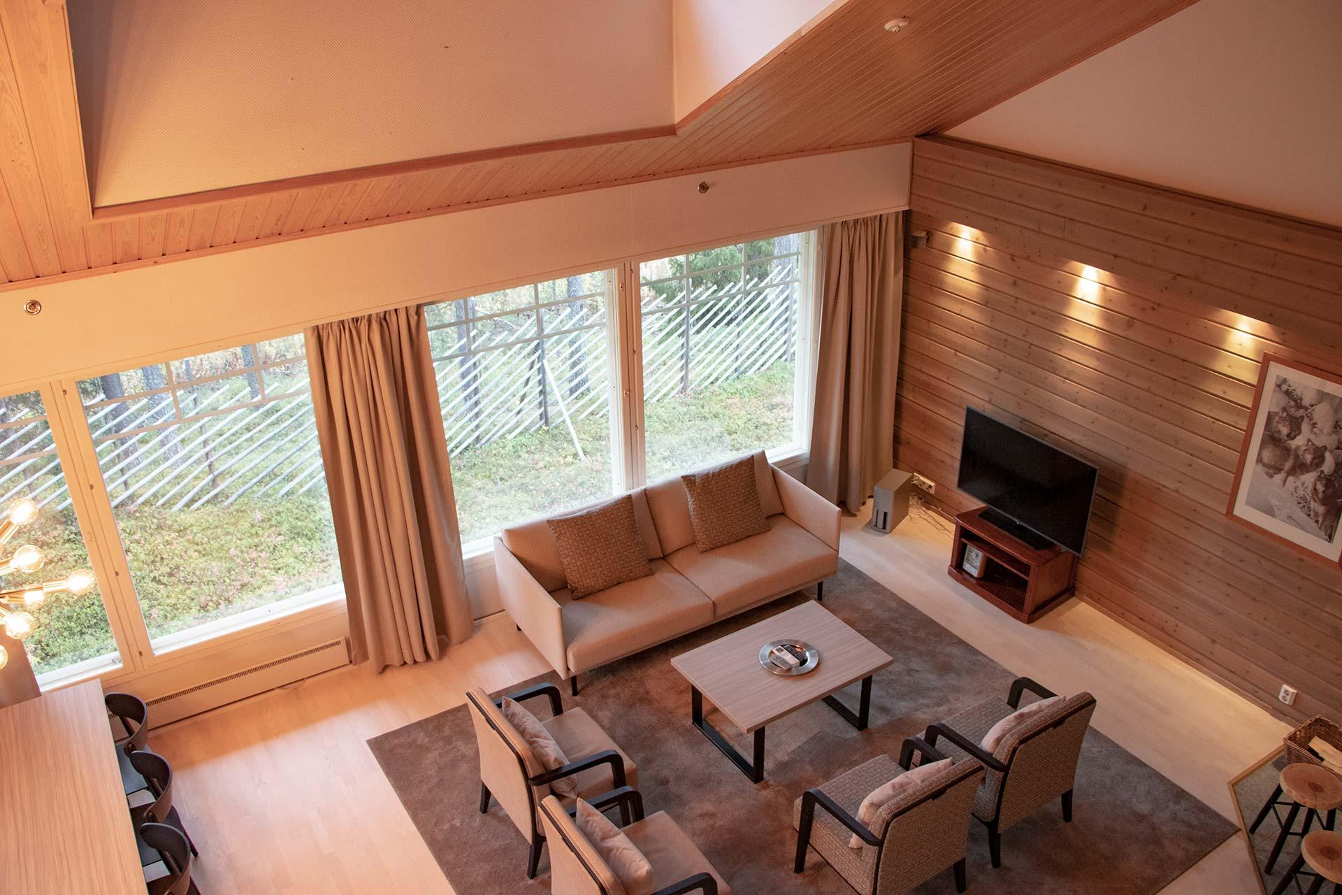 Viihtyisä olohuone K5 Villas 12-hengen lomahuoneistossa Levillä.