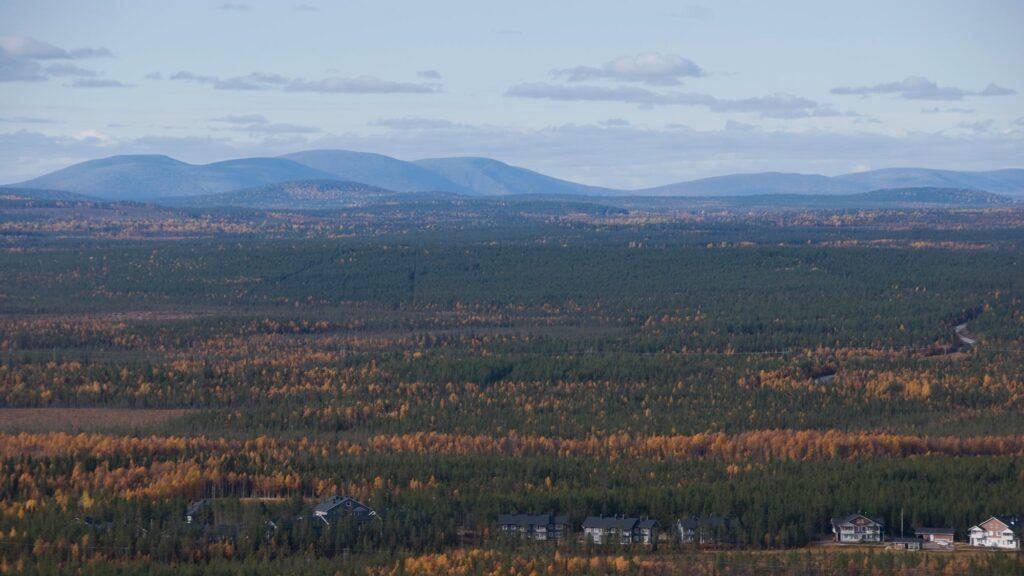 Upea maisema Levin tunturikylän yli tuntureille.