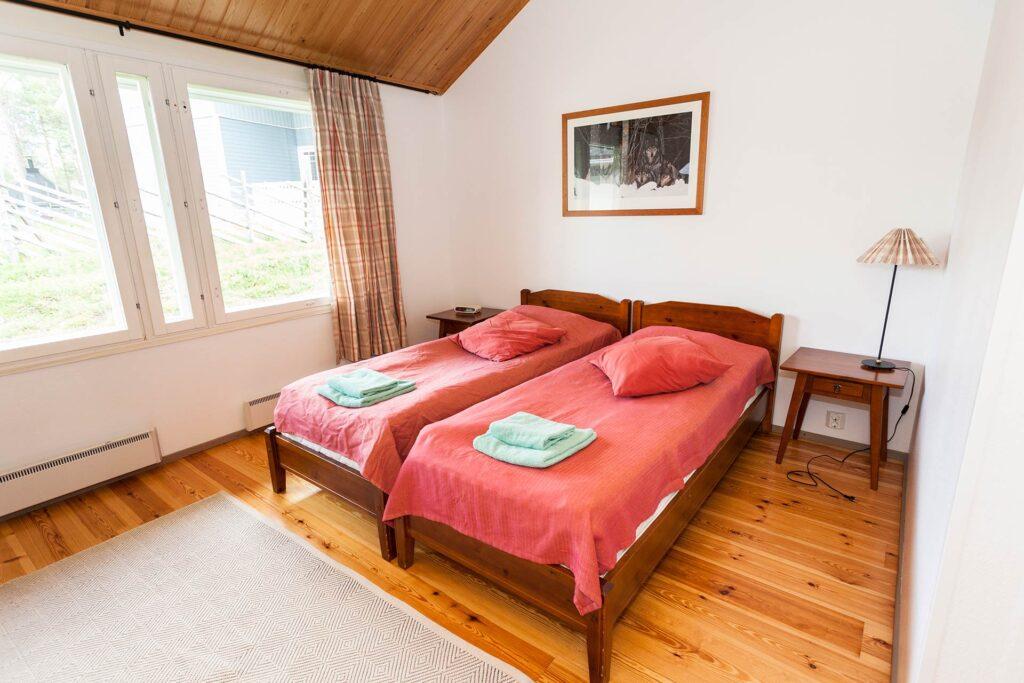 Viihtyisä ja valoisa makuuhuone K5 Villas lomahuoneistossa Levillä