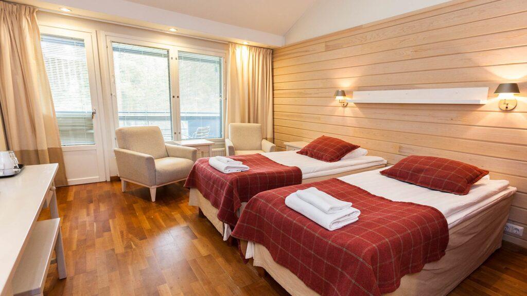 Lämpimin sävyin sisustettu Superior hotellihuone tarjoaa oman poreammeen rentoutumiseen.