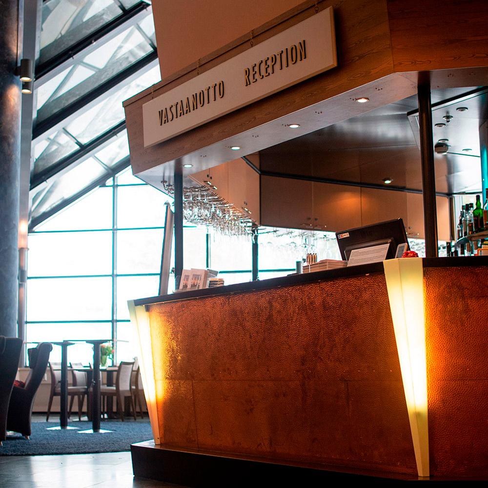 Hotel K5 Levin vastaanotto on avara ja valoisa.