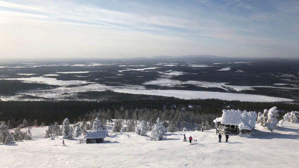 Upea talvinen rinnemaisema Levillä hiihtolomalla 2021.
