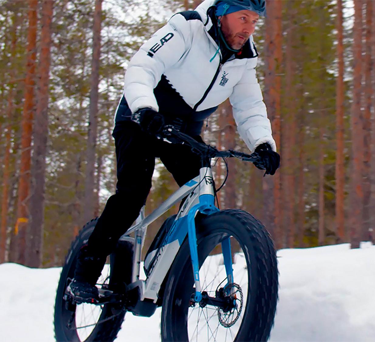 Fatbike-pyöräilijä Levillä.