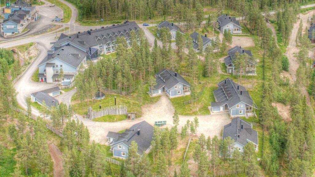 Hotel K5 Levin ja K5 Villas mökkien pihapiiri kesällä Levillä.