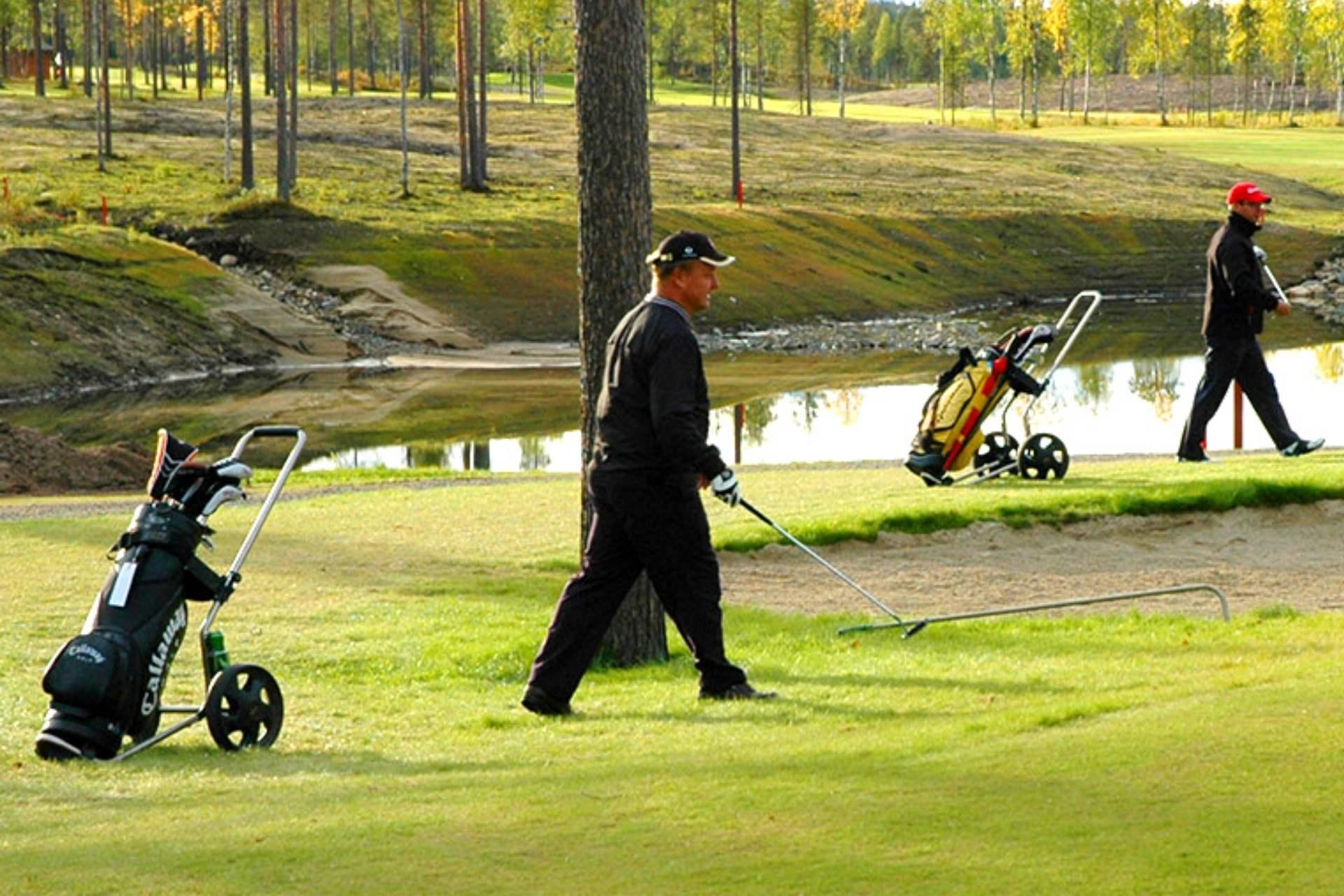 Golfareita Levi Golfin golfkentällä kesän yöttömässä yössä.